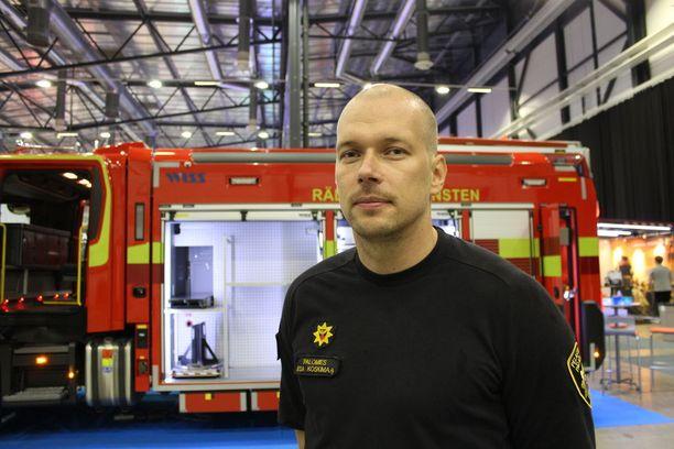 Palomies Esa Koskimaa kertoi kolaripaikan turvatoimista turvallisuusmessuilla Tampereella.