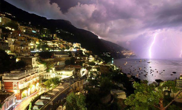 Helleaallon seurana Italiaan tulivat ukkoset ja myrskyt. Kuva Positanon lahdesta Salernon maakunnassa, Campaniassa.