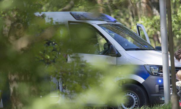 Poliisi pyytää ilmoittamaan autoon ja autolla liikkuvaan henkilöön liittyvistä tuoreista havainnoista suoraan hätänumeroon. Kuvituskuva.
