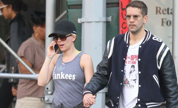 Johansson menossa salille aviomiehensä kanssa New Yorkissa vuonna 2015.
