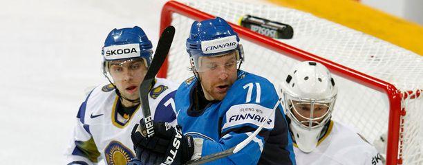 Leo Komarov (keskellä) on Dynamon avainpelaajia.