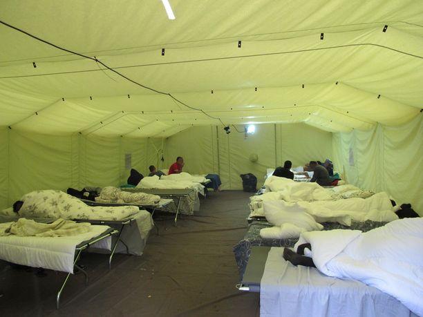 SPR:n pakolaisteltassa on hiljaista. Irakilaismiehet lähinnä nukkuvat, koska ovat kävelleet kuukausia ja nukkuneet parin tunnin pätkissä.