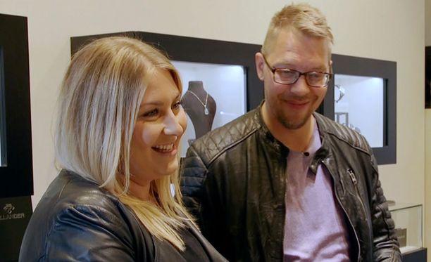 Johanna ja Markus lähtevät illan jaksossa yhdessä koruostoksille. Johanna haluaa Markukselle uuden sormuksen.