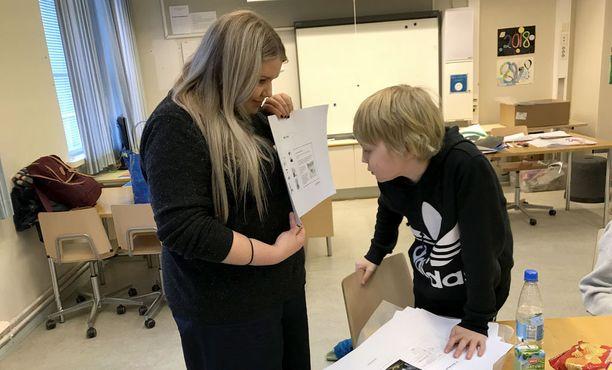 Ohjaaja Natalia ja Alvar tutkivat tilasuunnitelmaa.