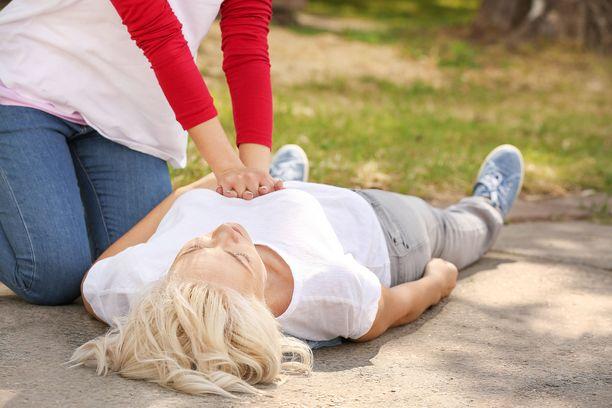 Elvytys pitää aloittaa heti, jos autettava ei reagoi tai hengitä normaalisti.