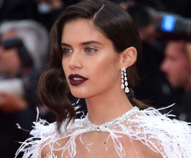 Sara Sampaion tummat huulet saavat parikseen helmiäistä luomille ja highlighteria. Rajauksia ei kaivata, kun huulimeikki on näin tumma.