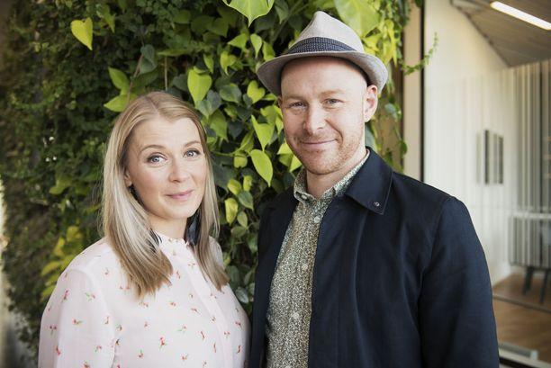 Salatut elämät -tähti Monika Lindeman ja Darren McStay asuvat yhdessä pääkaupunkiseudulla. Heitä yhdistää rakkaus luovaan työhön - molemmat ovat kouluttautuneet näyttelijöiksi Lontoossa.