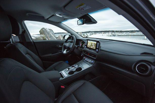 40 000 euron polttomoottoriautoon verrattuna ohjaamon yleisilme on hieman muovinen. Vastaaviin sähköautoihin Kona kestää vertailun.