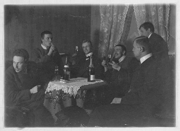 Herrasmiesten muotiin kuuluivat viikset ja pulisongit. Kuva maisterikekkereistä vuodelta 1909.