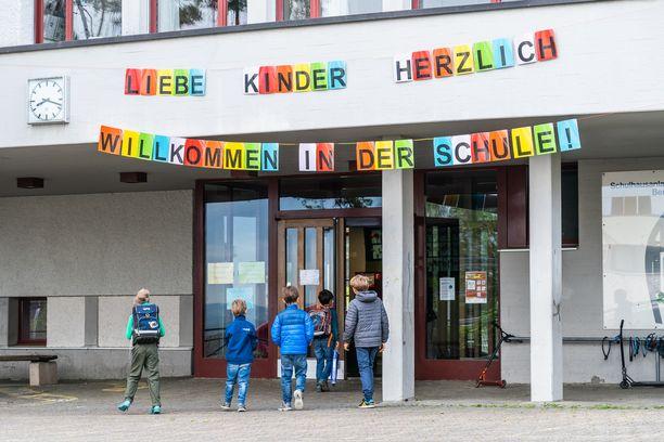 Koulu toivotti maanantaina oppilaat sydämellisesti tervetulleiksi Sveitsin Horgenissa.