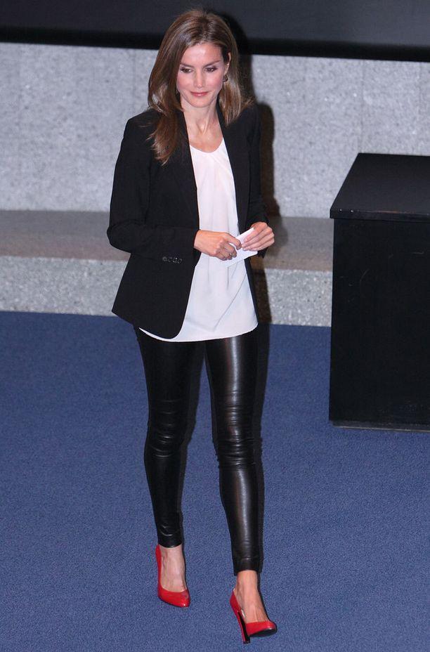 Letizia on edustanut paljon, mutta ei tyydy tylsiin jakkupukuihin. Ennen avioliittoaan hän toimi Espanjan yleisradion uutisankkurina.