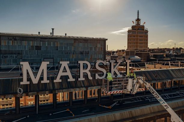 Museoviraston suojelema Marski-kyltti nostettiin takaisin hotellin katolle toukokuun alussa.