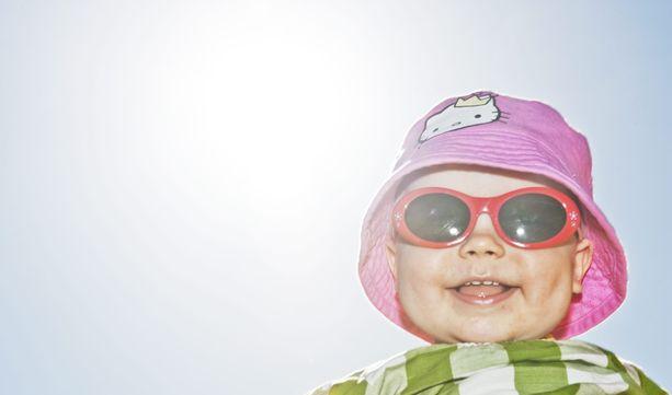 Aurinkolasit ja voidetta kasvoille on hyvä nyrkkisääntö kevätauringon paistaessa. Talven jäljiltä suojautuminen voi unohtua, mutta etenkin UV-säteilyn ollessa voimakasta, on varotoimet syytä ottaa käyttöön.