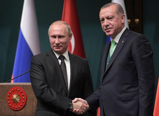 Turkki on lähentynyt viime aikoina Venäjän kanssa ja pidemmällä aikavälillä tästä saattaa tulla ongelmia Turkin suhteessa länsimaihin. Kuvassa Venäjän presidentti Vladimir Putin (vas) ja Turkin presidentti Recep Tayyip Erdoğan Ankarassa viime vuoden lopulla.