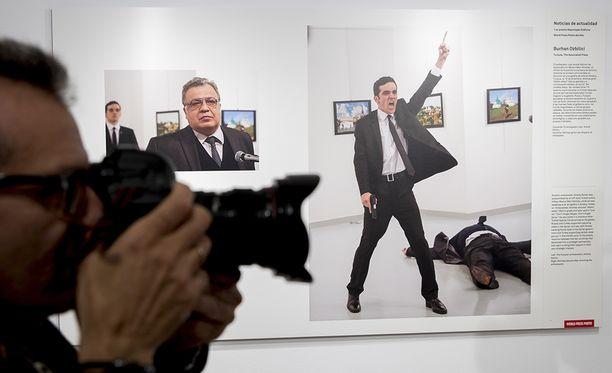 Murhan jälkeen otetusta valokuvasta tuli ikoninen ja kiistelty, ja se valittiin vuoden parhaaksi lehtikuvaksi World Press Photo -kilpailussa.