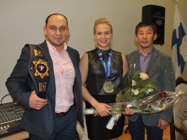 Petra Olli sekä valmentajat Ahto Raska (vas.) ja Maksim Molonov olivat juhlittuja sankareita.