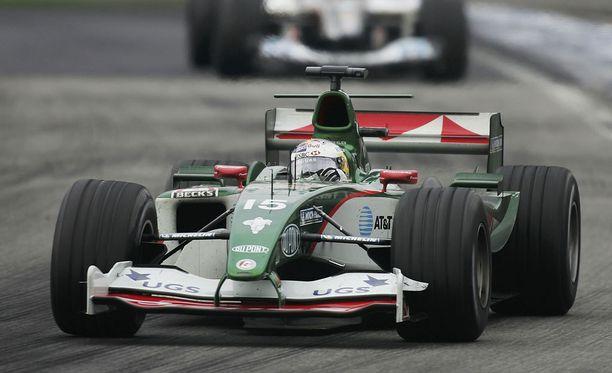 Christian Klien vauhdissa Jaguar-tallin autolla vuonna 2004.