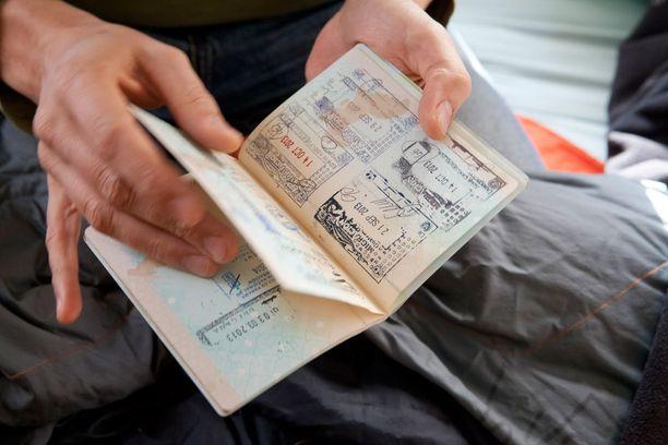 Astikainen myöntää, että vapaaehtoisesti rahattomaksi ja asunnottomaksi maailman armoille heittäytyminen on etuoikeutettu valinta. - Eihän siitä pääse mihinkään. Valkoihoisen, kolmekymppisen sinkkumiehen on helppo mennä, toisin kuin jos on vääränvärinen ja vailla passia.