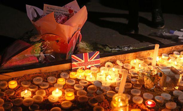 Lontoon poliisi tiedotti myöhään torstai-iltana, että keskiviikon terrori-iskussa haavoittunut ja sairaalahoidossa ollut 75-vuotias brittimies on kuollut. Hän oli iskun neljän menehtynyt uhri.