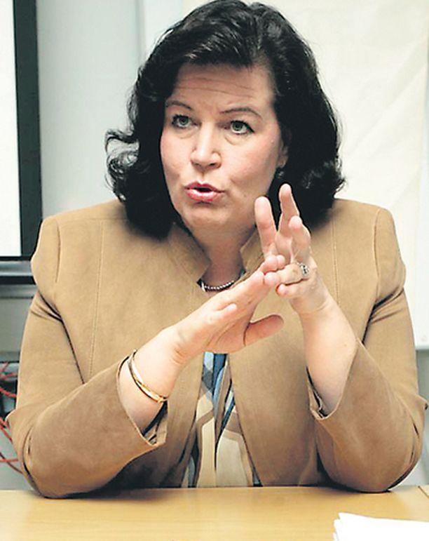 Sisäministeri Anne Holmlund perustelee nyt aselakien tiukentamista.