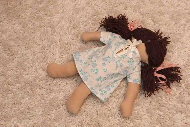 Kuvituskuva lasten nukesta.