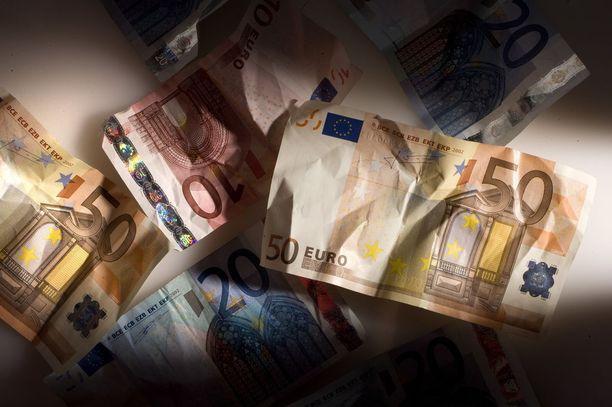 Valtion miljoonat ovat kansanedustajille pikkurahoja, kun he haluavat rahoittaa kotikuntansa ja oman vaalipiirinsä hankkeita.