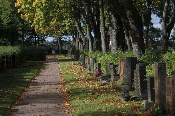 Sirkka-Liisan toive oli tavata isänsä tai käydä hänen haudallaan. Nyt Sirkka-Liisan kunto on jo huono, mutta hänen jälkikasvunsa aikoo käydä haudalla. Kuvituskuva hautausmaasta Hietaniemestä Helsingistä.