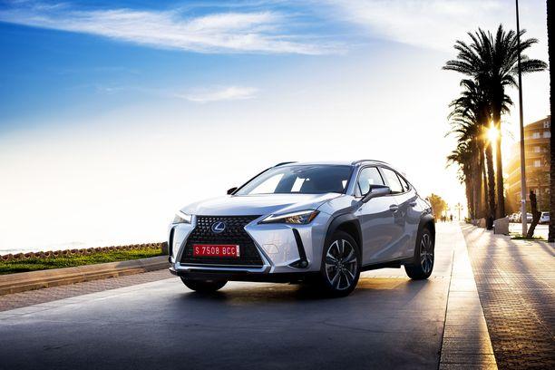 Lexus UX tuodaan Suomeen ainoastaan hybridivoimalinjalla. UX 250h -mallinimellä kulkeva itselataava hybridi on tarjolla etu- ja nelivetoisena.
