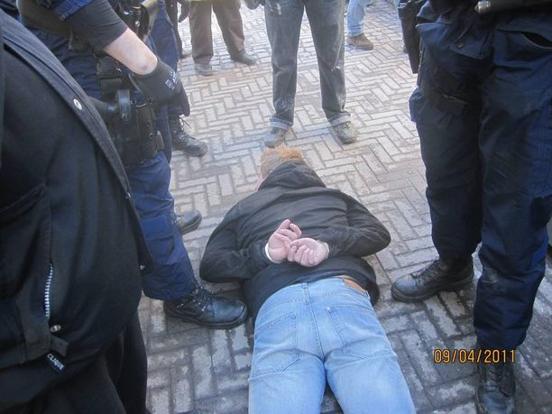 Poliisi joutui raudoittamaan SVL:n jäseniä, jotka hyökkäsivät kokoomuksen vaalityöntekijöiden kimppuun huhtikuussa 2011.