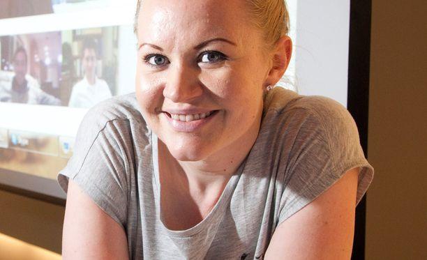 Koomikko Lotta Backlund joutui selvittelemään passiasioitaan monen viranomaisen kanssa.