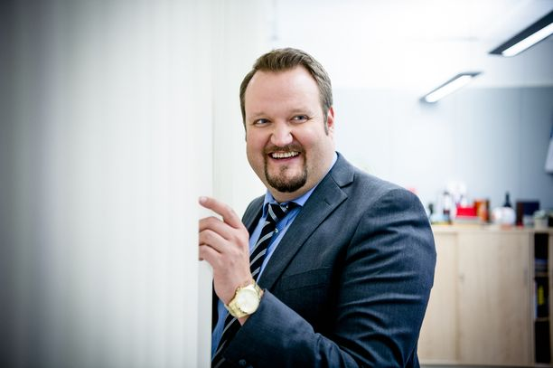 Sami Hedberg ikuistettuna suositun Konttori-sarjan kuvauksissa.