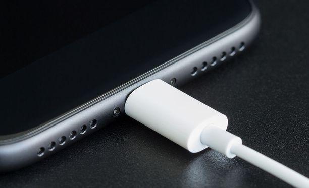 Iphonen avaamiseen käytetään Lightning-porttiin liitettävää laitetta. Kuvituskuva.