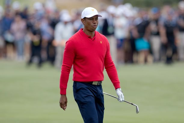 Tiger Woods naurattaa jälleen joulukuvassa.