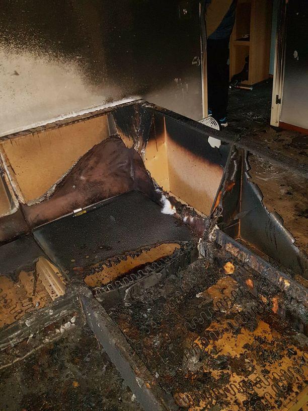 Tältä ylimmän kerroksen asunnossa näytti sammutustöiden jälkeen.