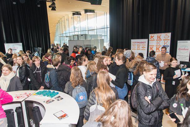 Helsinkiläisiä nuoria Helsingin työllisyyspalvelujen rekrytapahtumassa Oodissa vuonna 2019. Vuonna 2020 rekrytapahtumat siirtyivät laajalti verkkoon koronapandemian vuoksi.