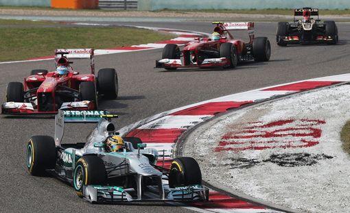 Ensimmäisiin mutkiin tullessa Kimi Räikkönen oli menettänyt kakkossijansa. Suomalaisen Lotus on kuvan oikeassa yläkulmassa.