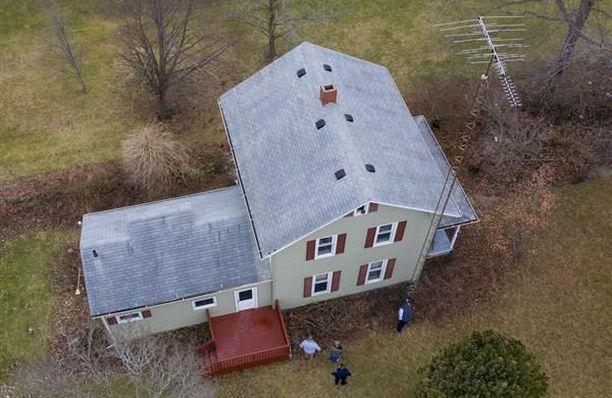 Poliisi uskoo, että poika oli kiivennyt katolle antennitolppaa pitkin. Savupiipun sisähalkaisija on 23 x 33 senttiä.