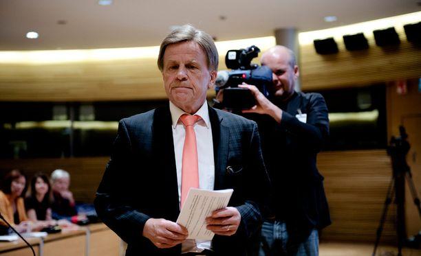 Vastikään Postin hallintoneuvoston puheenjohtajan paikalta lähtenyt Mauri Pekkarinen (kesk) ei halua liiemmin kommentoida Postin johdon palkkioita.