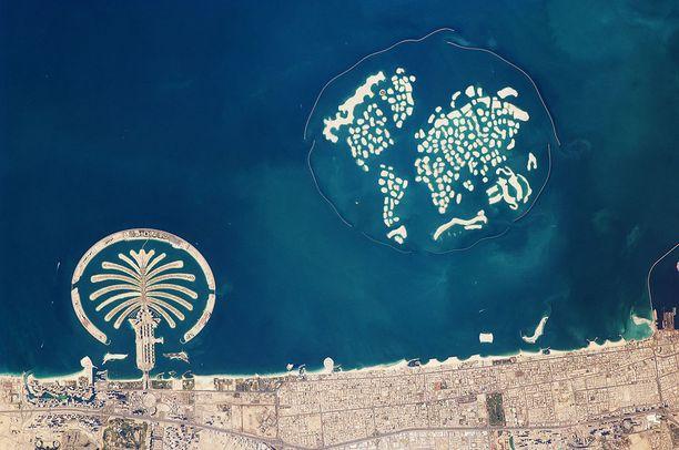 Ilmakuva vuodelta 2010 kertoo karua kieltään siitä, kuinka keinosaarille kävi. Vasemmalla toinen keinotekoinen saariryhmä, josta on tehty palmun muotoinen.