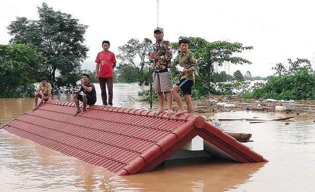 Ihmiset kiipesivät katoille pakoon nousevaa vettä.