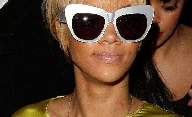 Rihanna yhdistää upeasti kissamaiset lasit ja valkoiset kehykset. bb6e19cbe3