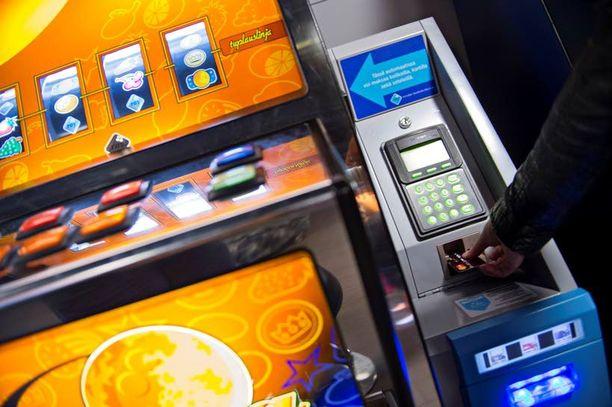 Rahapeliautomaatteihin tullut kortti- ja setelimaksumahdollisuus on hankaloittanut peliriippuvaisten irtautumista pelikoukusta.