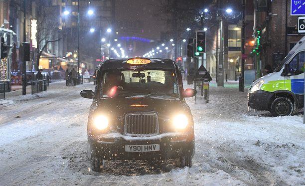 Liikenne Britanniassa on mennyt täysin sekaisin talvisään takia.
