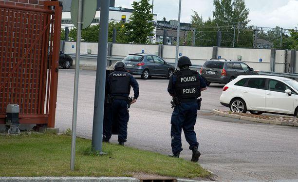 Poliisit varustautuivat operaatioon luotiliivein ja kilvin.
