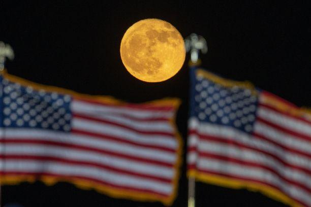 Yhdysvallat valmistautuu tiistaina valitsemaan maalle presidentin, 35 senaattoria, 435 jäsentä kongressin edustajainhuoneeseen ja 13 kuvernööriä.