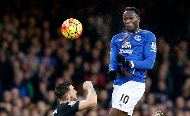 Evertonin Romelu Lukaku näyttää, miten pusketaan maali.