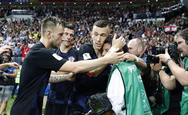 Kroatian pelaajat pyytelivät anteeksi alle jääneeltä meksikolaiskuvaajalta.
