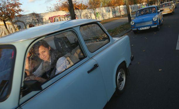 Trabantit ajoivat kulkueena Berliinin muurin vierellä muurin murtumisen vuosipäivänä.