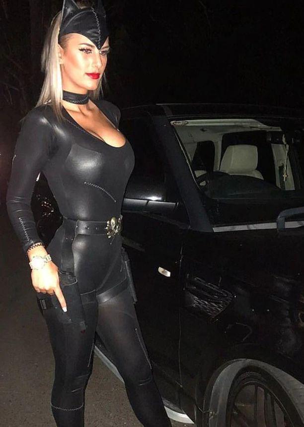 Monique Agostino esiintyi usein kissanaisena.