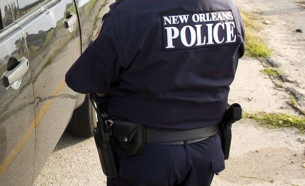 New Orleansissa poliisi etsii kahta daiquiri-baarin edustalla ammuskellutta miestä.